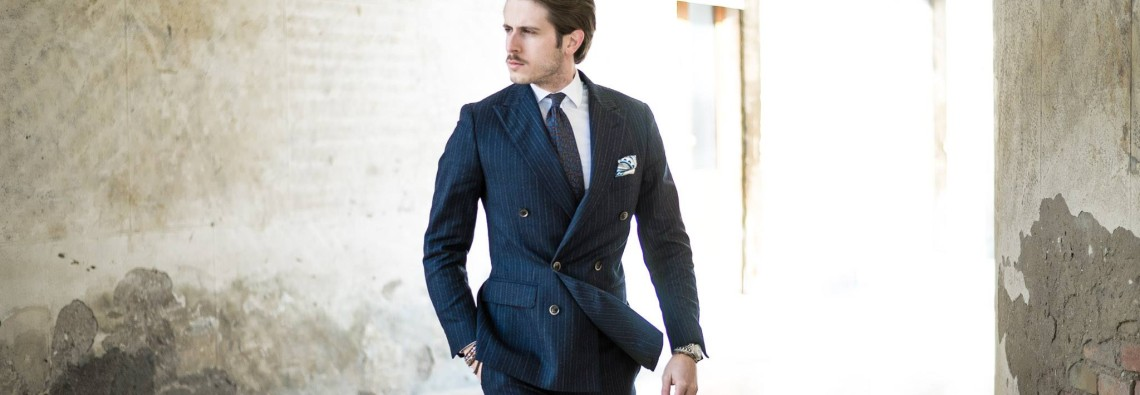 A plain colored blue suit is essential in a man's closet, but too often we have more than one suite in the same shade of color. At work it is a must but have you ever thought of a pinstriped suit? What I propose today is a wool suite particularly pinstriped, which alternates a gray line to a brown one. I find it very sophisticated and elegant and I tried to give it due importance enriching it with equally stylish accessories such as the tie and the pocket square. The brown line perfectly matches the shoes by Shusala ( www.shusala.com ), an Oxford calfskin pair by the brand Roberto Morelli which makes the outfit suitable today for your business appointments.